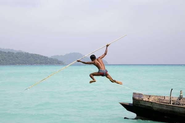 un moken pescando con una lanza