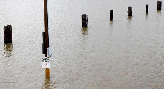 parking en la ciudad de Morgan, inundado por el río Atchafalaya