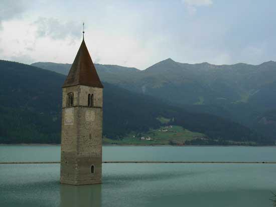 iglesia del lago Reschensee, Italia