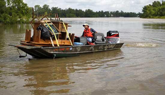traslado de enseres por la inundación del río Mississippi