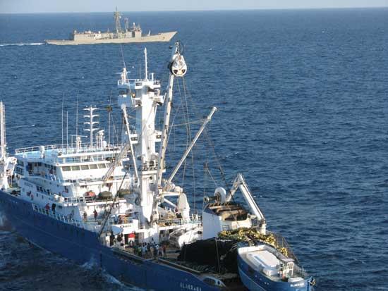 El atunero Alakrana liberado es escoltado por la fragata Canarias