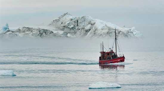 barco en el ártico, cerca de Groenlandia