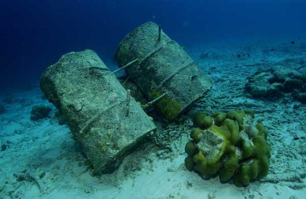 bidones de aceite en el fondo del mar