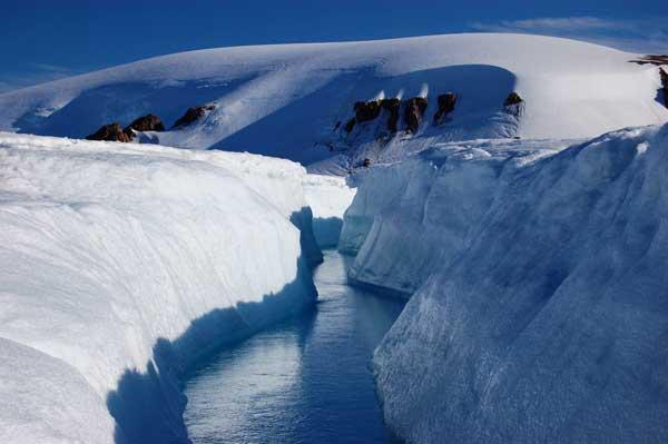 canal en el hielo, glaciar Belcher en Canadá