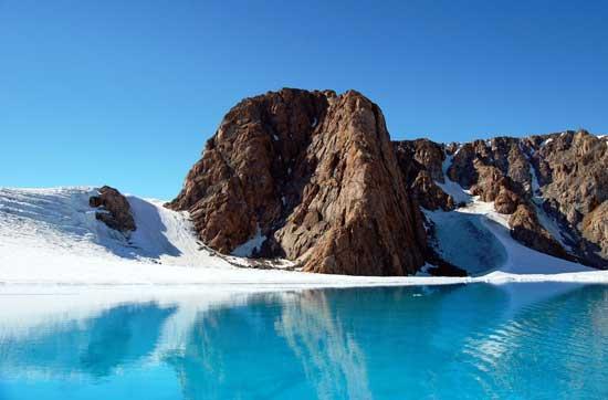 lago helado supraglaciar en el glaciar Belcher, Nunavut