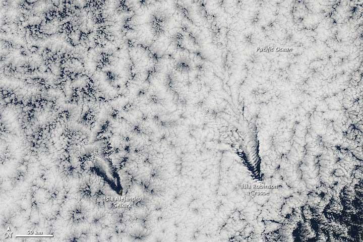 nubes lenticulares formadas por las islas de Juan Fernández