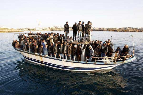 una patera llega a Lampedusa con inmigrantes rescatados