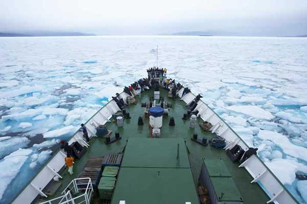proa de un barco de transporte en el ártico