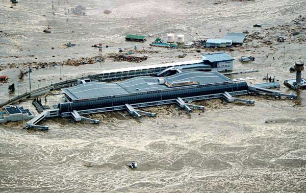 tsunami en aeropuerto de Japón