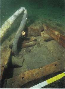 tubo plomo en casco de antiguo barco pesquero romano