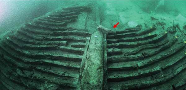 tubo de plomo en restos de pesquero romano en Grado