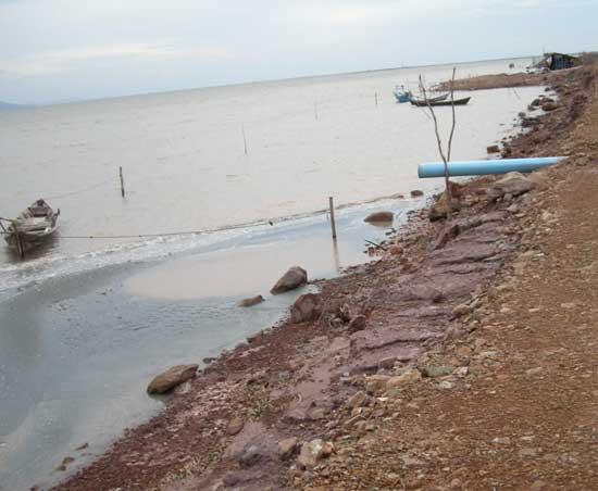 vertidos contaminantes tirados al océano