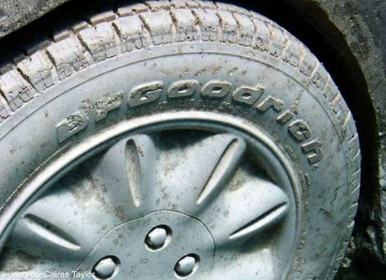 VW escarabajo sumergido en Cacún, detallle rueda