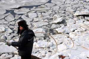 acuicultor en un mar helado, Shandong - China