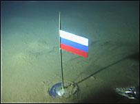 bandera rusa en el fondo del ártico