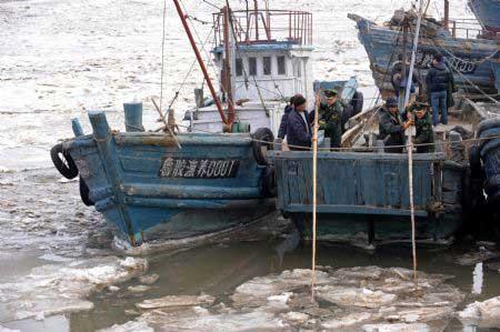 barcos pesqueros rompen el hielo del mar, Shandong - China