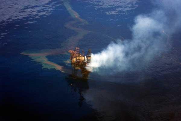fuego en la plataforma petrolera West Atlas