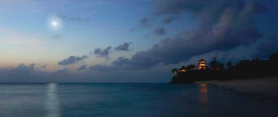 isla de Necker, luna llena en la noche