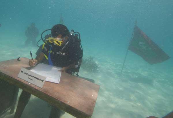 Presidente de Maldivas Mohamed Nasheed,  sumergido