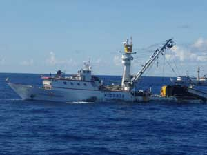 atuneros con helicoptero para localizar los bancos de peces