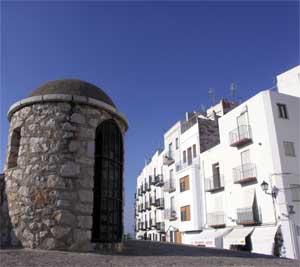 Peñíscola, casco antiguo, baluarte en la muralla y casas blancas