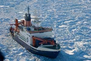El Polarstern entre hielos marinos