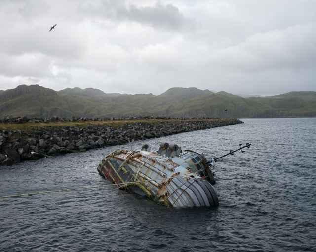 barco encallado en la isla de Adak