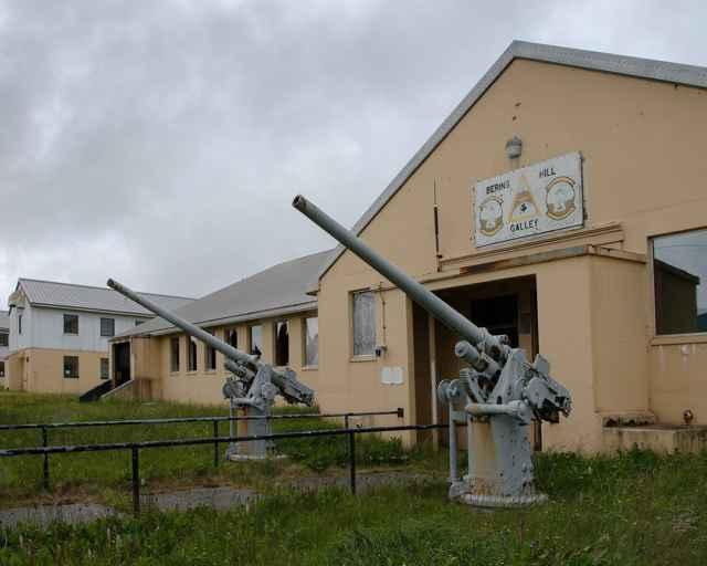 cañones antiaéreos en la isla de Adak
