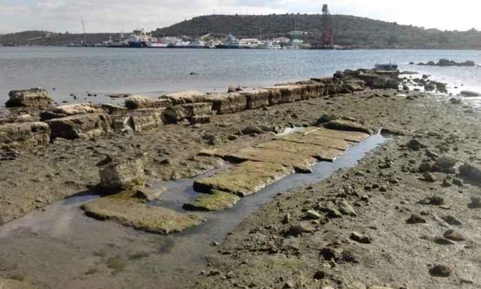 cimientos y malecón de la bahía de Ambelaki