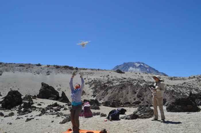 lanzamiento de un drone para monitorear un volcán