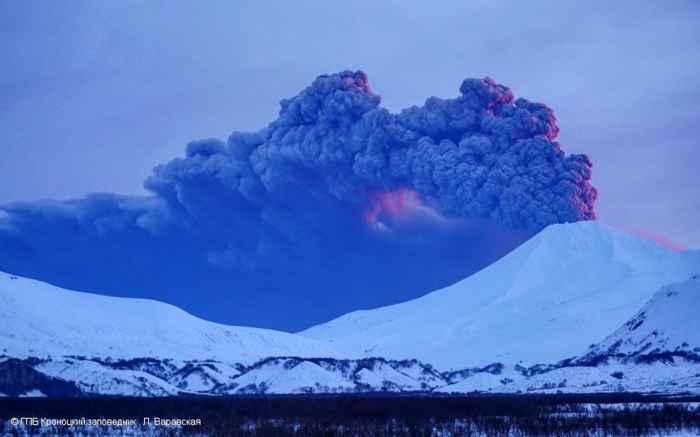 erupción del volcán Kambalny vista desde tierra