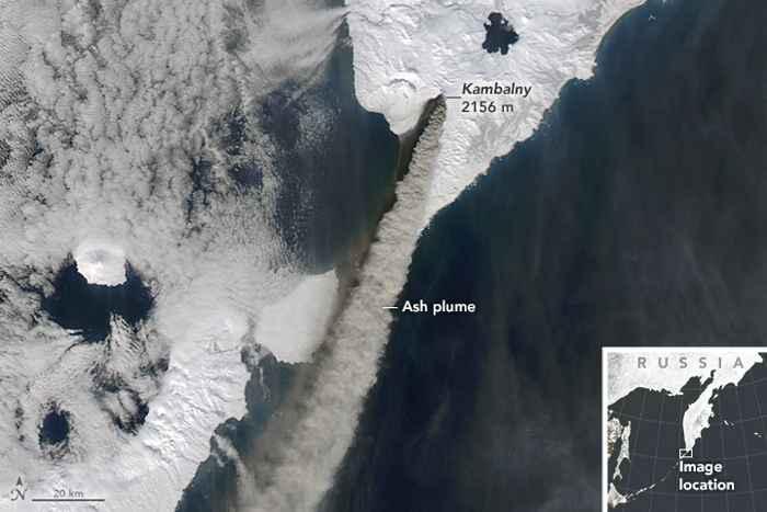 erupción del volcán Kambalny desde satélite