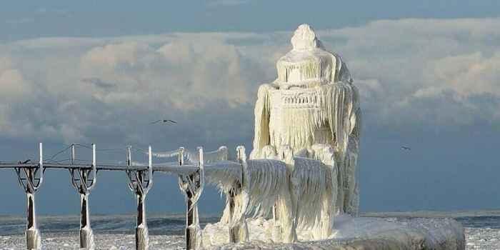 faro San José congelado en el lago Michigan