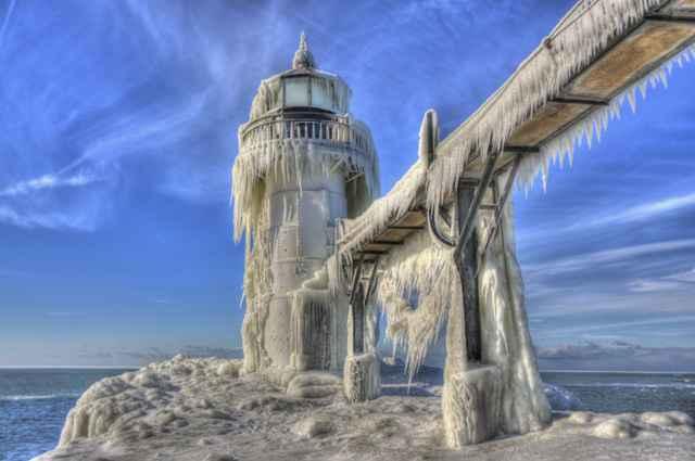 faro congelado en St. Joseph, lago Michigan
