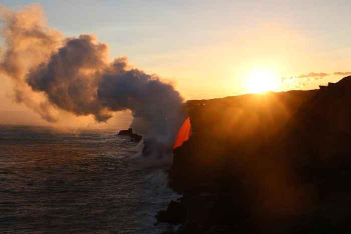 fuente de lava entra en el océano en Hawái