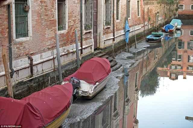 marea baja en un canal de Venecia