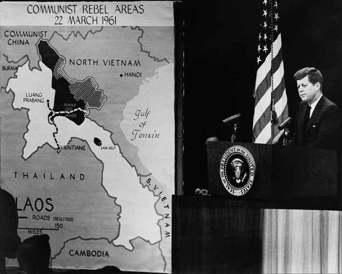 el presidente Kennedy muestra un mapa de Vietnam