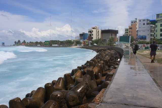 rompeolas en Malé, capital de las Maldivas