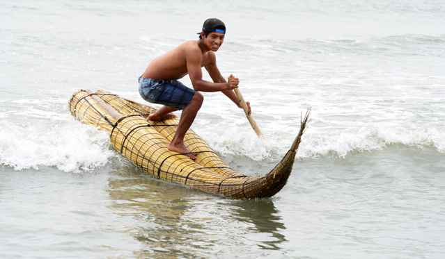 surf  en un caballito de totora