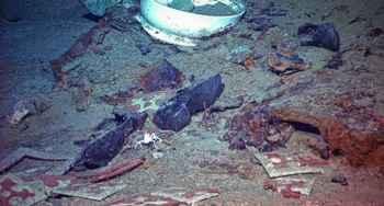 zapatos entre los restos del Titanic