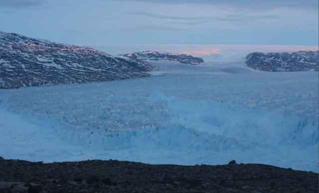 parto de un iceberg en el Glaciar Helheim