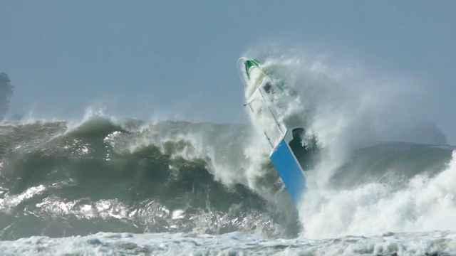barco vuelca por una ola