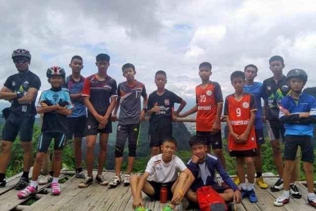 chicos cueva de la Tailandia día de la entrada