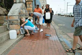 colas para recoger agua en Ciudad del Cabo