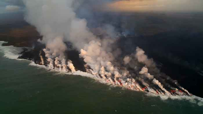 entrada de lava al océano en la Isla Grande de Hawái