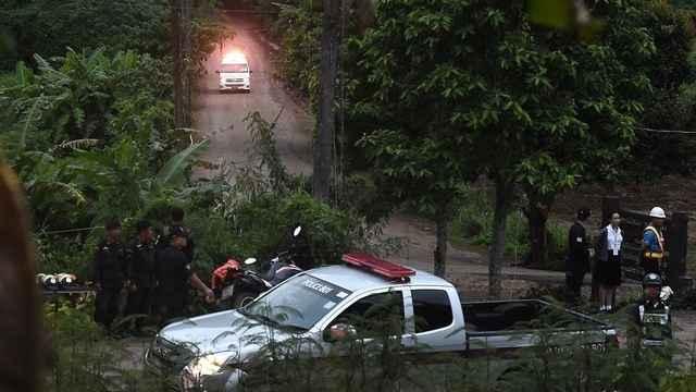 equipos de rescate en la cueva de Tailandia