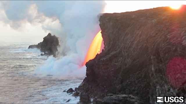 fuente de lava del Kilauea entra al océano