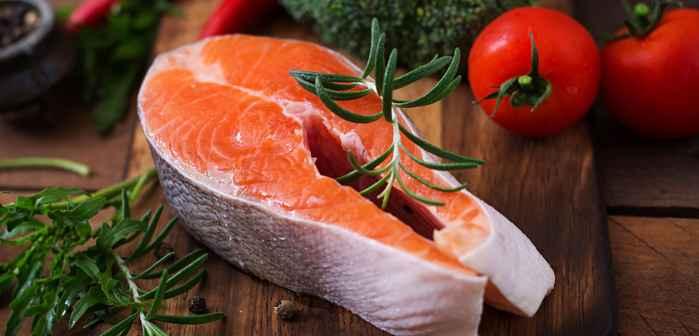 salmón cultivado con tomates