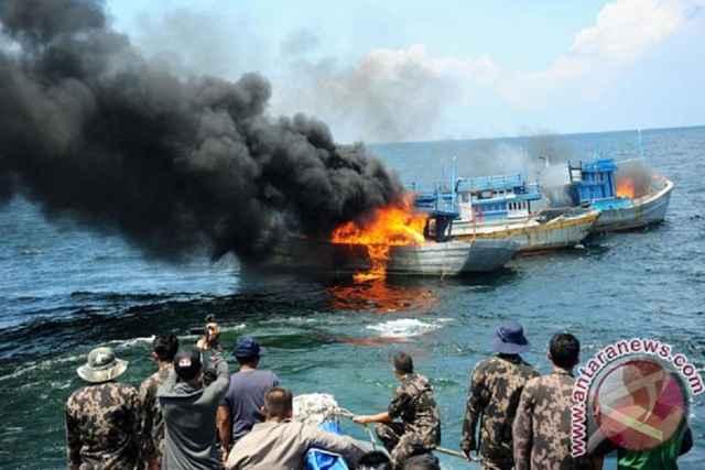 destrucción de barcos de pesca ilegal en Indonesia