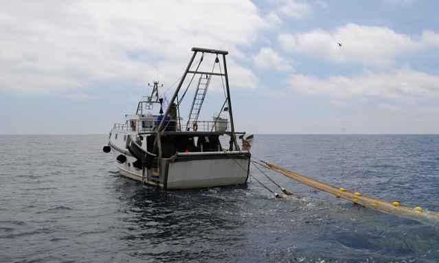 barco de pesca ilegal